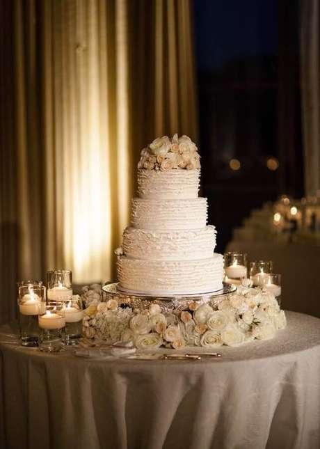 7. Decoração de casamento clássica com tons bem claros e rosas brancas