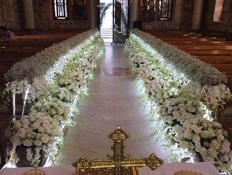 43. Decoração de casamento com bastante flores brancas e iluminação