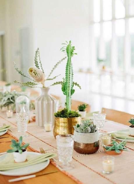 41. Essa decoração de casamento recebeu arranjos com suculentas para decoração das mesas