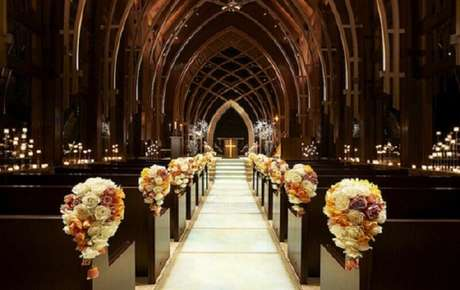 33. Decoração de casamento em igreja com muitas rosas