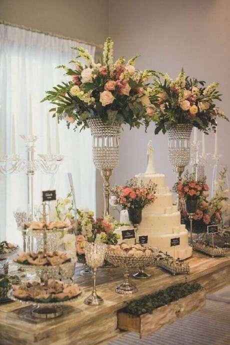 35. Linda inspiração para decoração da mesa do bolo de casamento