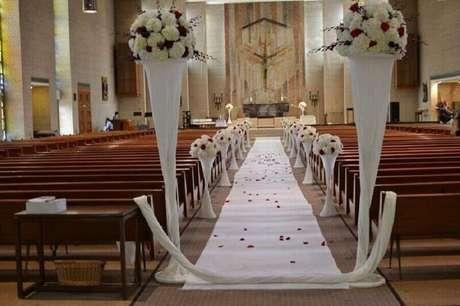 51. Decoração de casamento na igreja com rosas brancas e vermelhas