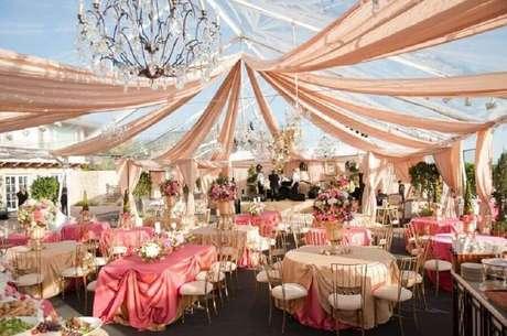 37. Decoração de festa de casamento em tons de rosa para deixar o clima ainda mais romântico