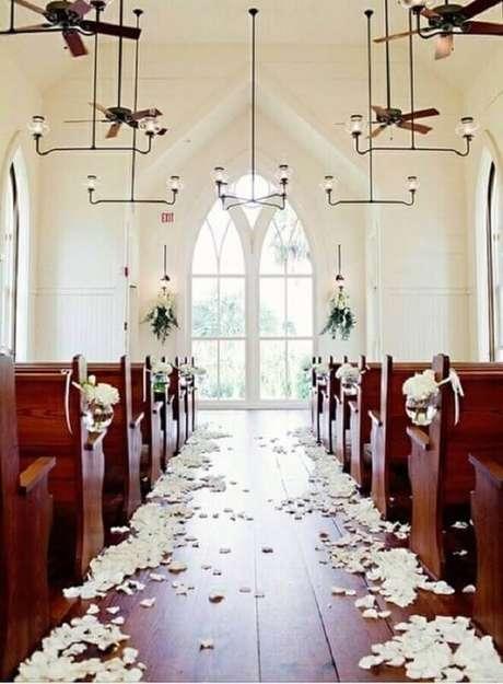 32. A decoração de igreja para casamento com detalhes simples e rústicos fica super romântica