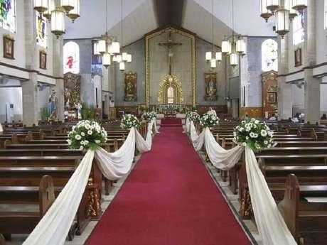 49. Simples decoração de igreja para casamento com flores brancas