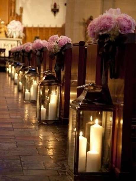 29. Decoração de igreja para casamento com velas e flores