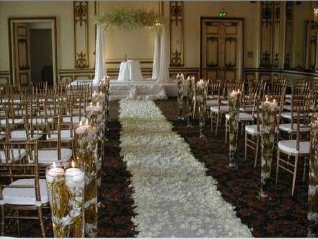 26. Decoração de igreja para casamento com velas e pétalas de rosas pela nave