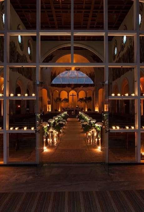 5. A decoração de igreja para casamento com velas pode deixar o ambiente mais intimista e romântico.