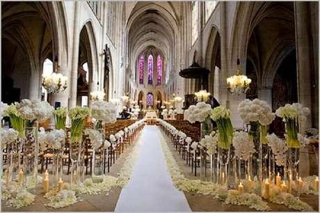 36. Linda e inspiradora decoração de igreja para casamento em tons de branco