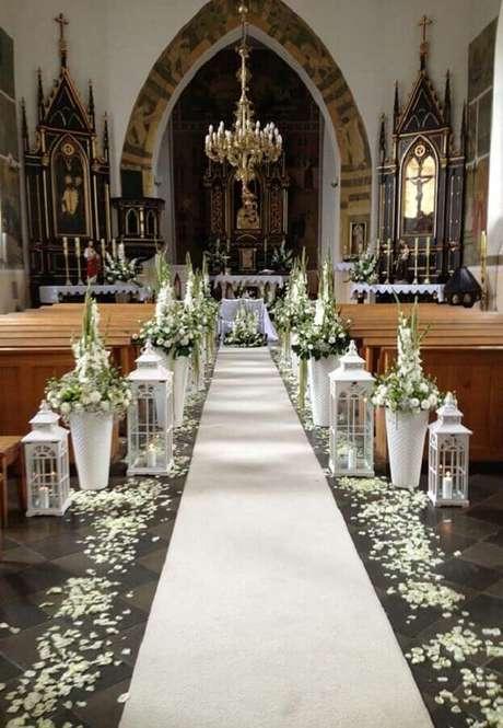 50. Essa inspiração de decoração de igreja para casamento ficou lindíssima e super delicada