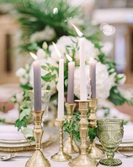 48. Decoração de mesa de casamento com velas e castiçais dourados