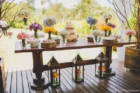 6. Decoração de mesa de casamento no campo com flores coloridas