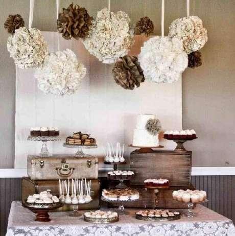 20. Decoração de mesa de casamento simples e rústica