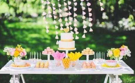 1. Decoração de mesa de casamento simples ao ar livre