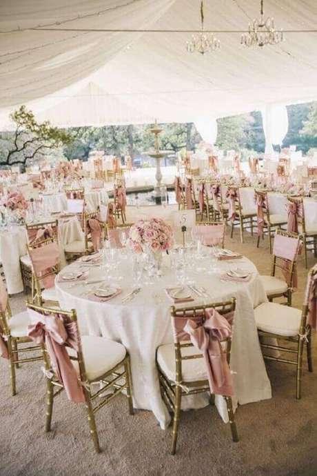 31. A decoração de festa de casamento diurno precisa conter detalhes mais delicados