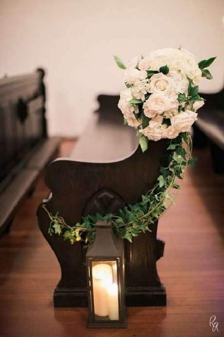 22. A simplicidade e romantismo estão presentes nessa decoração de igreja para casamento
