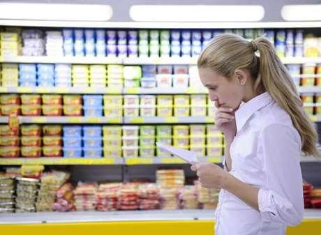 6. Confira sua lista de compras enquanto está no supermercado para não esquecer nada