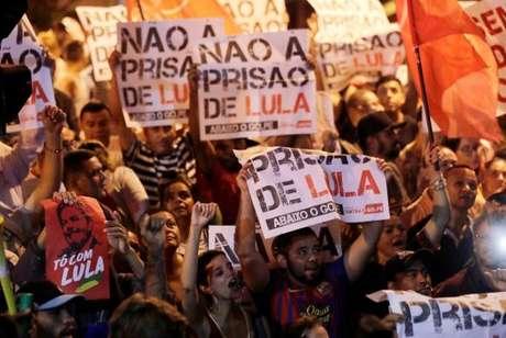 Manifestantes fazem ato de apoio a Lula em frente ao Sindicato dos Metalúrgicos em São Bernardo do Campo