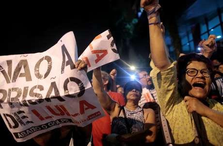 Manifestantes pró-Lula na frente do Sindicato dos Metalúrgicos de São Bernardo do Campo
