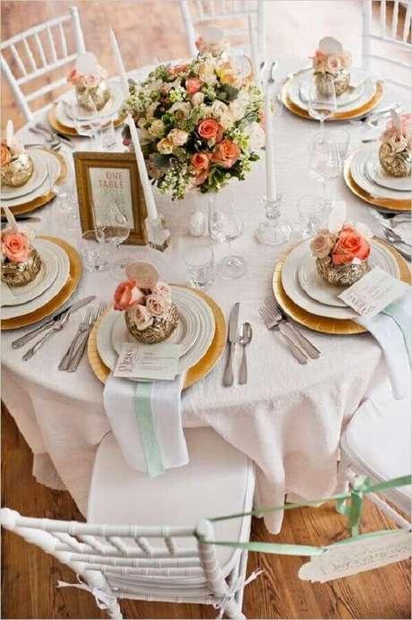 11. Decoração de mesa de casamento com arranjo de flores delicadas