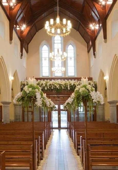 44. Essa decoração de igreja para casamento ficou linda e moderna