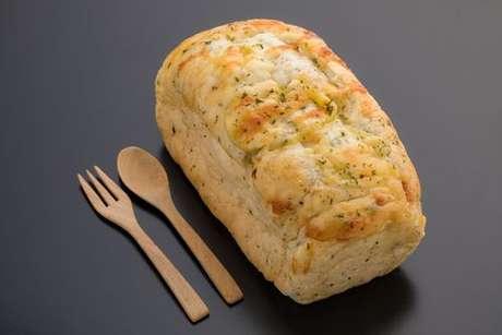 Pão de espinafre feito em forma de bolo inglês