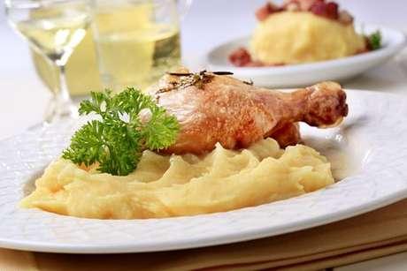 Purê de batata-da-terra servido com frango