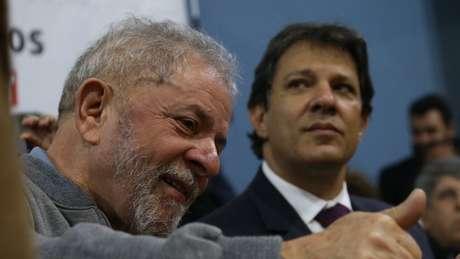 Lula com Haddad em foto de arquivo; PT deverá ter dificuldades em encontrar candidatura substituta