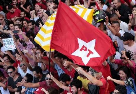 Apoiadores do ex-presidente Luiz Inácio Lula da Silva protestam contra a condenação do petista no Sindicato dos Metalúrgicos em São Bernardo do Campo 6/4/2018 REUTERS/Leonardo Benassatto