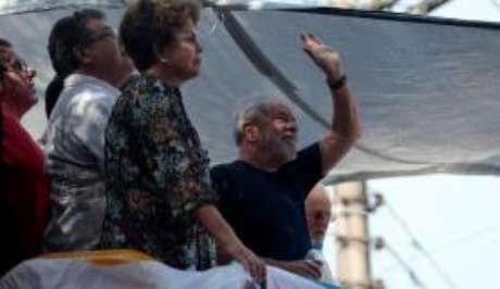 Os ex-presidentes Dilma Rousseff e Lula, na missa em memória de Marisa Letícia