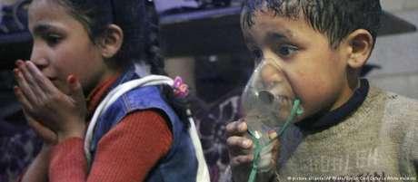 Crianças são atendidas em Duma depois de um ataque com armas químicas
