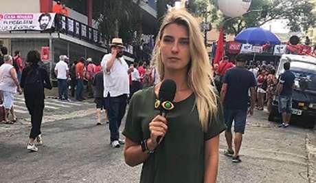 Repórter da Band Joana Treptow levou um tapa na mão durante transmissão ao vivo na cobertura da prisão de Lula