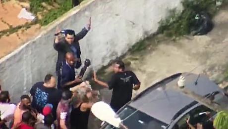 A imagem da vergonha: um profissional de imprensa se rende a pessoas que usam a violência como meio de protesto