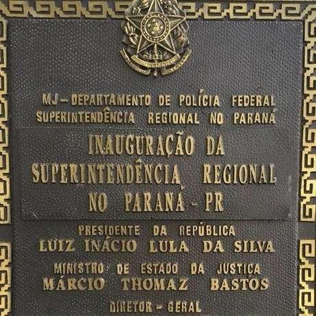 Placa de inauguração sede da PF em Curitiba que traz o nome de Lula, na época presidente