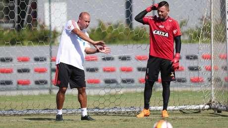 São Paulo ventila possibilidade de fazer proposta para tirar Everton do Flamengo