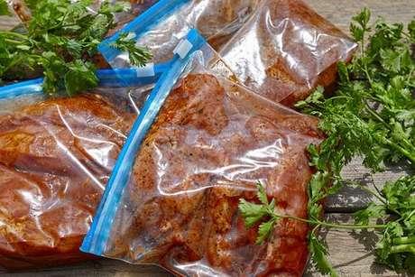 Carne de porco marinando em um saquinho zip lock