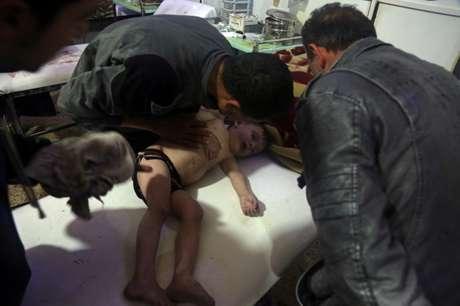 Criança é tratada em hospital em Douma, após suposto ataque químico na Síria 07/04/2018 White Helmets/Divulgação via REUTERS