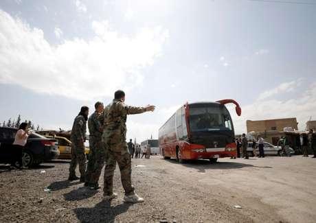 Ônibus transportando rebeldes e suas famílias que evacuram a cidade de Douma chegam a Damasco, na Síria 09/04/2018 REUTERS/Omar Sanadiki