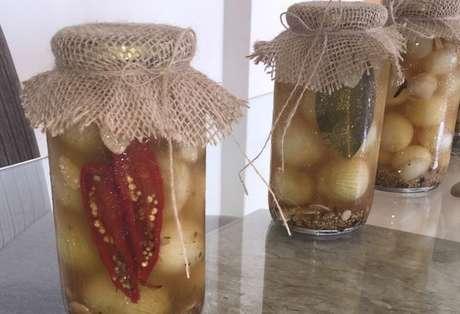 Potes de vidro com cebola em conserva