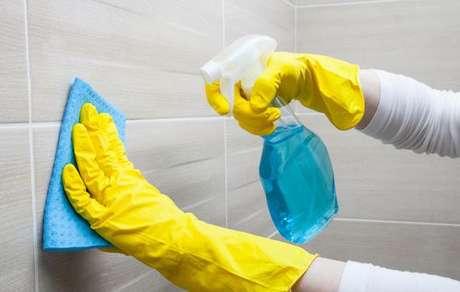 Azulejo sendo limpo com pano e limpador