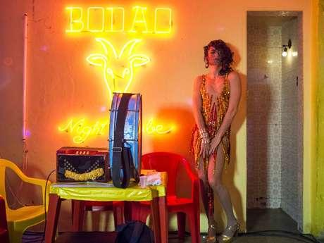Shakira do Sertão é cantora e DJ num clube popular nos confins do Nordeste