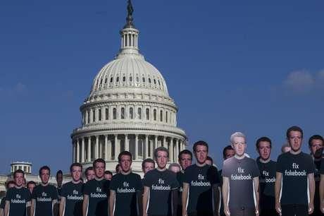 Protesto em Washington: ativistas do grupo Avaaz também protestaram usando um 'exército de falsos Zuckerbergs' para pedir que 'conserte o Facebook', em referência a perfis falsos que operam na rede social