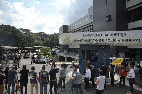 Prédio da Policia Federal tem segurança reforçada para a chegada do ex-presidente Luiz Inácio Lula da Silva.
