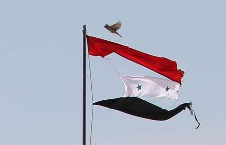 Bandeira rasgada da Síria é vista na cidade de Qamishli 21/04/2016 REUTERS/Rodi Said