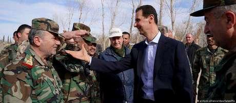 O ditador sírio Bashar Al-Assad ao lado de militares.