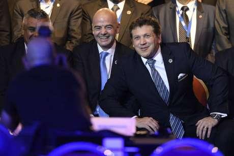 Infantino e Domínguez no 68º Congresso da Conmebol (Foto: Eitan Abramovich / AFP)