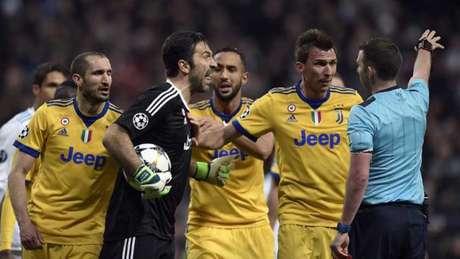 Buffon foi expulso por reclamar de pênalti marcado a favor do Real Madrid (Foto: PIERRE-PHILIPPE MARCOU / AFP)