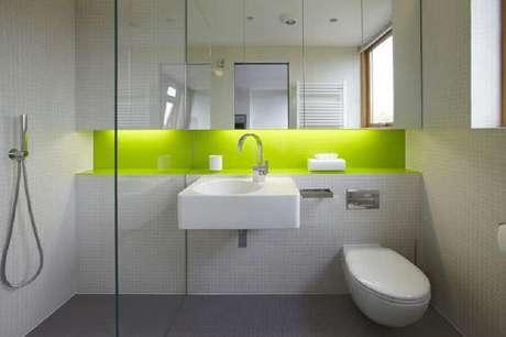 8. Modelo de banheiro simples com cores neutras e nichos verde