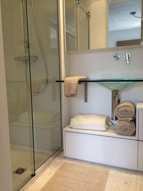 4. Prateleiras e bancadas de vidro também são ótimas para modelo de banheiro simples