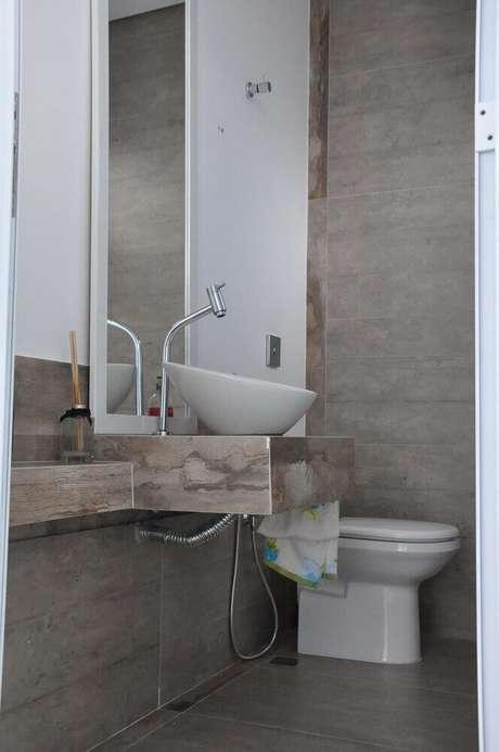 20. Decoração de banheiro com paredes cinza